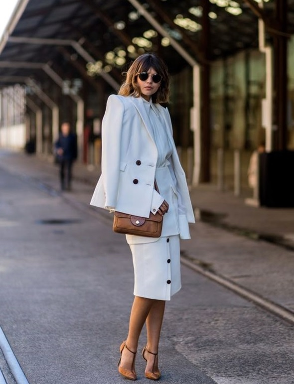 22-all-white-look-with-a-button-down-skirt-and-tan-heels-and-bag
