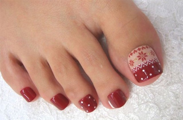 Black, red, white, emerald, gold glitter are the shades that must be used  to give you a Christmas-themed nail art this winter season. Winter Pedicure - Toe Nail Design Ideas – Winter MCO